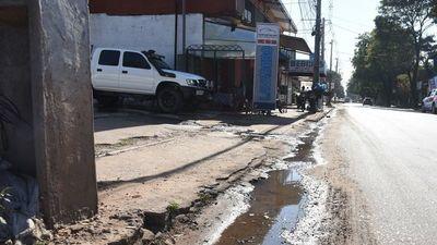Agua servida destruye el asfalto y contamina los recursos hídricos