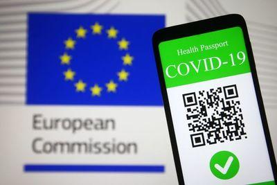 """España y Francia piden """"prudencia, vacunación y certificado"""" para viajar"""