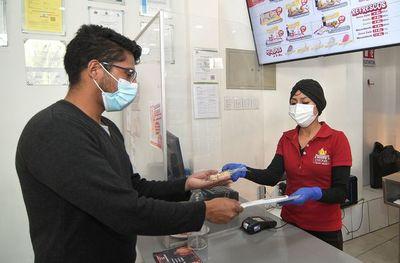 Negocios bolivianos golpeados por la covid-19 alientan la vacunación para resurgir