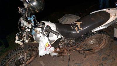 Carnicero chocó contra una vaca suelta en la calle y murió