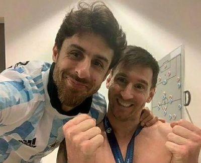 La foto más alegre de Messi tras el título de la Copa América: el astro posó con su ídolo de la infancia