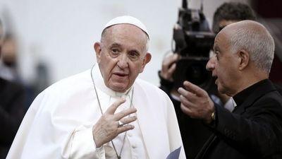 """El Papa defiende una sanidad """"para todos"""" en reaparición desde hospital"""