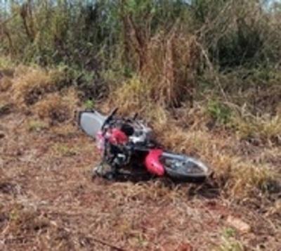 Motociclistas impactan frontalmente contra auto y pierden la vida