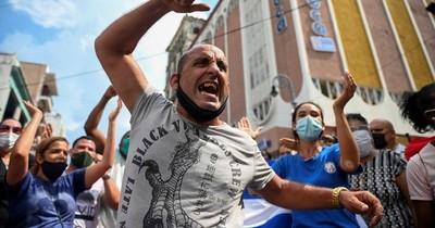 """La Nación / Con el grito de """"¡Abajo la dictadura!"""" y """"¡Queremos libertad!"""", estallan protestas en Cuba"""