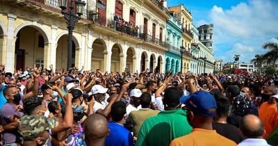 La Nación / La cólera estalla en las calles de Cuba, convocan a revolucionarios al combate