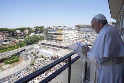 """El Vaticano anunció que el papa permanecerá hospitalizado """"unos días más"""" para recuperarse completamente de la cirugía"""