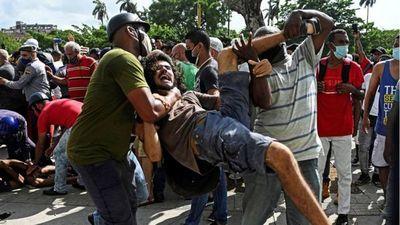"""Protestas en Cuba: miles de personas salen a las calles en una inusual manifestación masiva al grito de """"abajo la dictadura"""""""