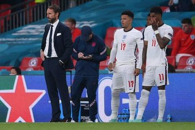 Tres futbolistas ingleses sufren insultos racistas