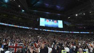 Atrapada infraganti: Se reportó enferma pero su jefe la ve en TV celebrando los goles de Inglaterra