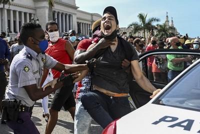 Cuba se levanta y pide libertad en medio de su peor crisis en 30 años
