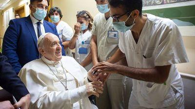 """Papa sigue rehabilitación y volverá al Vaticano """"lo antes posible"""""""