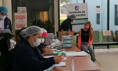 Con unos 60.000 docentes inmunizados, MEC analiza retorno a clases