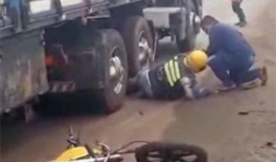 MOTOCICLISTA QUEDA GRAVE TRAS CAER DEBAJO DE CAMIÓN