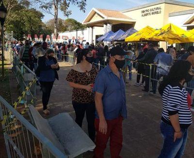 Mucha gente en los centros vacunatorios de Pedro Juan para recibir la primera dosis de Anticovid