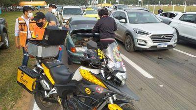 Autódromo: Personal del Touring y Automóvil Club Paraguayo asiste a vehículos varados por quedarse sin combustible