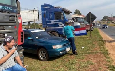 Camioneros se movilizan en la Ruta PY 02 ante suba de combustible