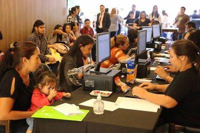 Feria de empleo congregó a gran cantidad de madres con niños pequeños
