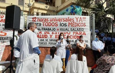 Médicos se manifiestan exigiendo igualdad en carga horaria