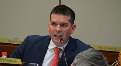 Senador califica de repulsivo el actuar de sus colegas