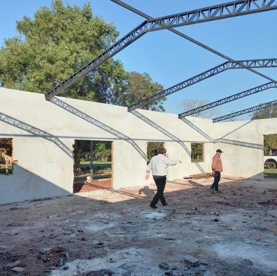 Avanza construcción del tinglado para la mini fábrica de balanceados en asentamiento de Misiones