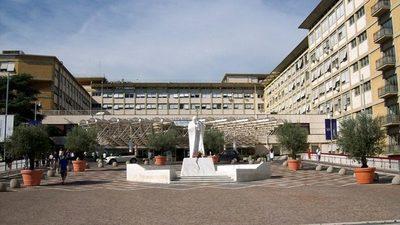 El papa Francisco sale del hospital y llega al Vaticano 10 días después de ser operado