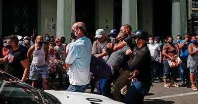 """La Nación / Cuba niega """"estallido social"""" en protestas que dejan un muerto y más de 100 detenidos"""