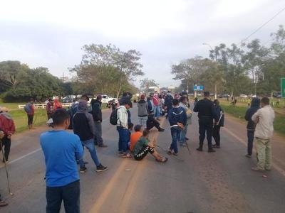 Indígenas cierran ruta en Coronel Oviedo – Prensa 5