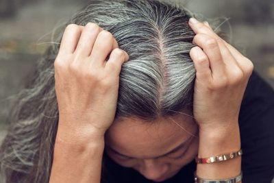 Estrés y Covid-19 provocan la aparición de canas, dice especialista