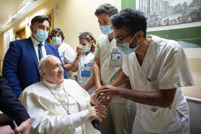 El papa Francisco ya fue dado de alta, tras hacerse una cirugía de colon