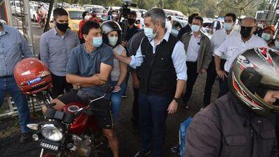 Mario Abdo realiza fugaz visita al vacunatorio del ex Aratirí