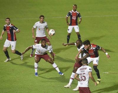 Insólito: El VAR cortó la imagen para analizar la posición de Boselli y olvidaron al jugador de Fluminense que estaba debajo