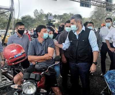 Sorpresiva visita de Mario Abdo al autódromo Rubén Dumot: «Vacuna que llega vacuna que se aplica»
