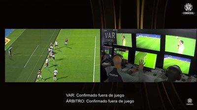 Horroroso chequeo del VAR en el gol anulado a Cerro