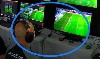 Atención: el VAR sí tuvo la toma completa de la jugada y el árbitro tampoco vio al jugador que habilitaba