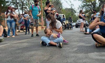 Madres lactantes cierran Mariscal López exigiendo vacunación