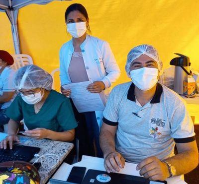 Funcionarios de IPS prestan ayuda en los vacunatorios