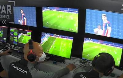 Tres árbitros suspendidos tras grave error en el duelo Cerro vs. Fluminense