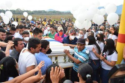 Emotiva despedida a Leidy Luna en el cementerio de Guairá