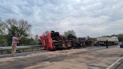 Accidente con suerte: Camión semirremolque vuelca, pero no hay heridos
