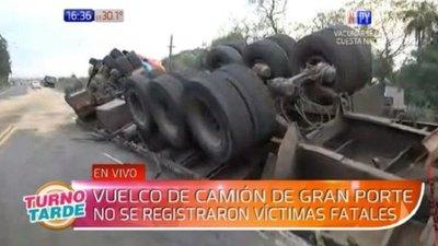 Camión se vuelca en ruta Villeta – Ypané