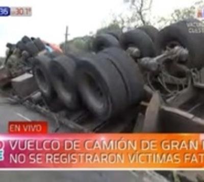 Camión pierde el control y se vuelca en la ruta Villeta