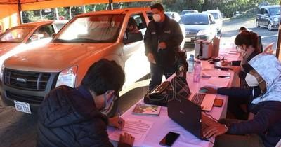 La Nación / Cerro Ñemby: unos 60 vehículos quedaron fuera tras cierre de vacunatorio