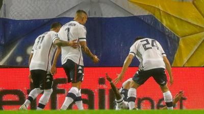 Vélez saca una leve ventaja ante Barcelona
