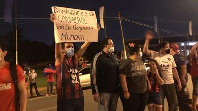 Hinchas de Cerro Porteño se manifiestan frente a la Conmebol