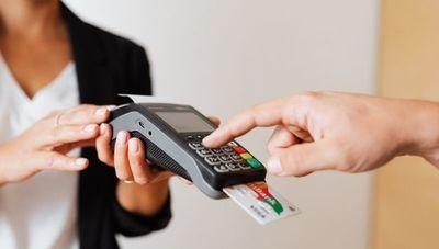 Recuperación en el uso de tarjetas de crédito no se encuadra en los niveles pre pandemia (Ley de tarjetas limitaría crecimiento, según economista)