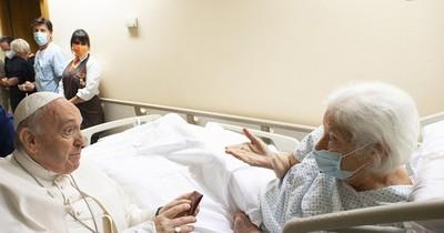 La Nación / El papa Francisco salió ayer del hospital a los once días de su cirugía