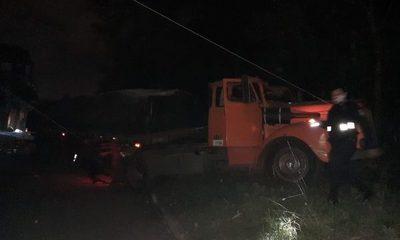 Camión pierde los frenos y derriba transformador