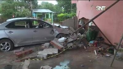 Ypané: Auto chocó contra una vivienda