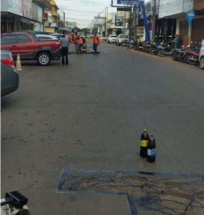 Realizan bacheo de asfaltado destruido por la ESSAP