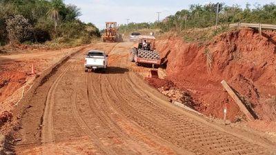 MOPC habilita camino auxiliar tras derrumbe de puente en Tacuatí